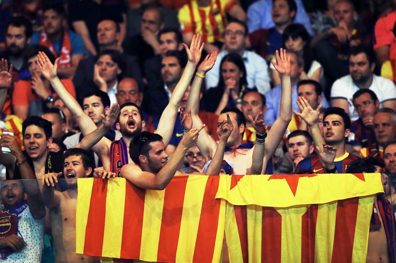 Aficionados del F. C. Barcelona, durante el encuentro correspondiente a la ida de los cuartos de final de la Liga de Campeones. Foto: EFE