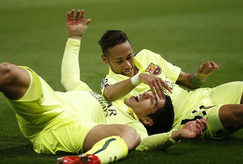 El delantero del FC Barcelona Luis Suárez (i) celebra uno de sus goles frente al París Saint-Germain junto al brasileño Neymar. Foto: EFE