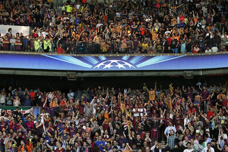 Fanáticos de Barcelona FC animan a su equipo ante París Saint-Germain. Foto: EFE