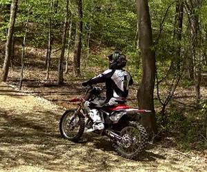 Motociclista logra hacer un giro triple hacia atrás