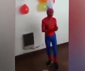 Hombre Araña se cae en fiesta infantil
