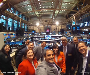 Juan Pablo Montoya tocó la campana en apertura de la bolsa de Nueva York. Foto: Facebook de JPM