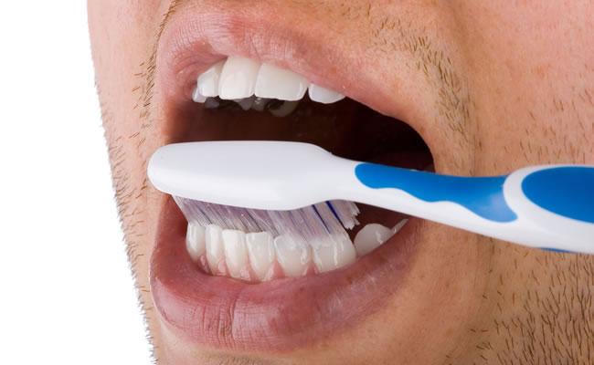 ¿Cómo blanquear los dientes de forma natural?