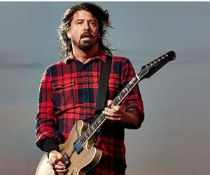 Dave Grohl se partió una pierna durante concierto y continuó tocando