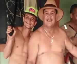 Polémica por concejal que baila borracho con hombres armados