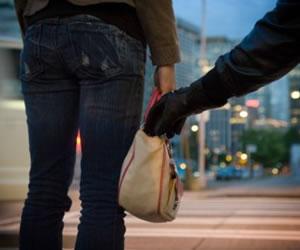 Mujer es víctima de ladrones que le propinan fuerte golpiza