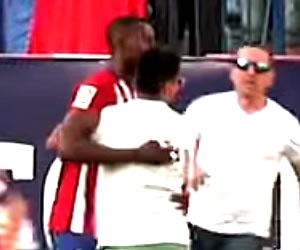 Jackson Martínez y los hinchas que quisieron abrazarlo
