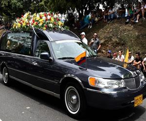 Coche fúnebre de Chávez desfila en la Feria de las Flores de Medellín