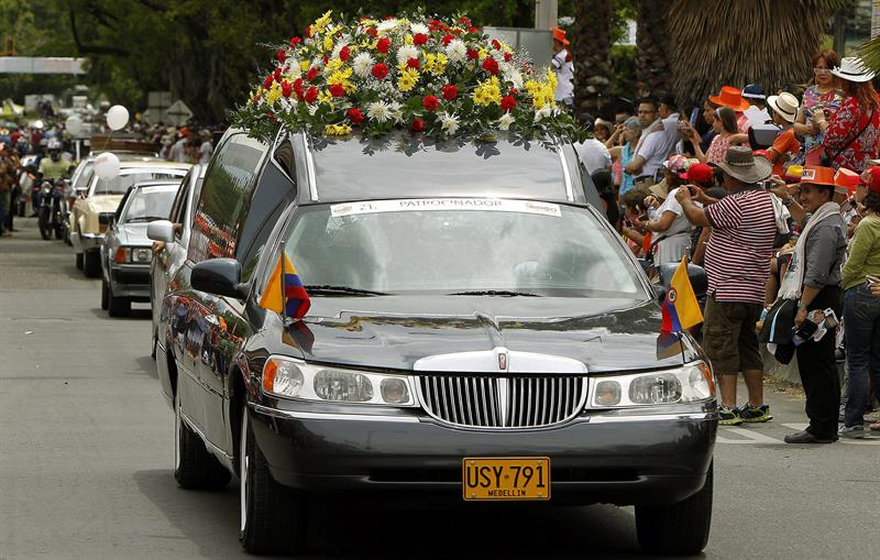 La carroza fúnebre que transportó el cuerpo del presidente de Venezuela Hugo Chávez en el Desfile de Autos Clásicos y Antiguos en la Feria de las Flores. EFE