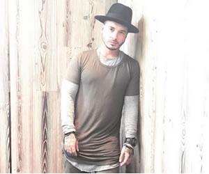 J Balvin, de cantante a tatuador