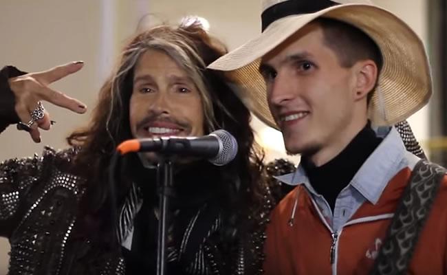 Youtube: Steven Tyler canta con artista callejero en Moscú