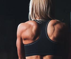 Tres ejercicios básicos para eliminar los 'gorditos' de la espalda