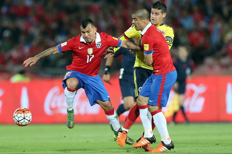 Chile, con gol de Arturo Vidal (45'), y Colombia, con tanto de James Rodríguez (68'), empataron 1-1 en Santiago. Foto: EFE
