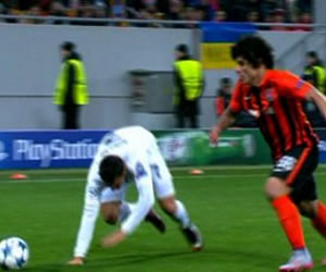 Cristiano Ronaldo tropieza haciendo una bicicleta