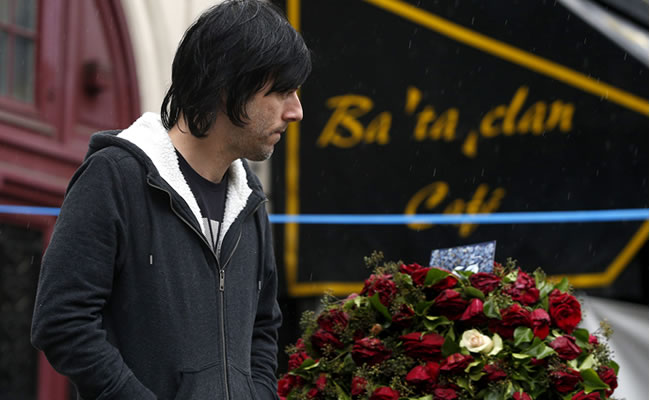 Los músicos de Eagles of Death Metal vuelven con flores a Bataclan