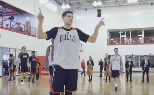 Un jugador de los Bulls dirigiendo la orquesta. Foto: Youtube