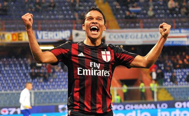 Carlos Bacca celebra el gol del triunfo del Milan. Foto: EFE