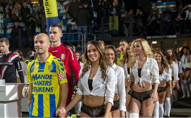 EL RKC Waalwijk saliendo acompañado de las mujeres en ropa interior. Foto: Youtube