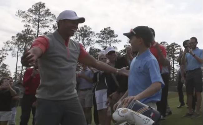 Tiger Woods se emociona por hoyo en uno de un niño de 11 años