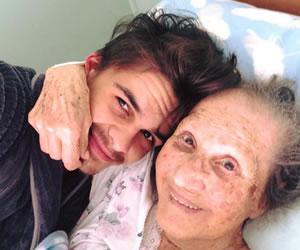 El tierno video de un joven bailando con su abuela enternece las redes