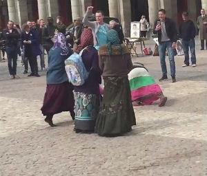 Hinchas del PSV se burlan de mendigas en Plaza de Madrid