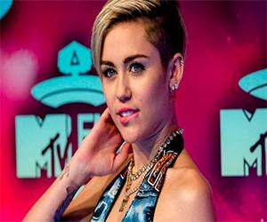 Miley Cyrus muestra sus habilidades para el yoga