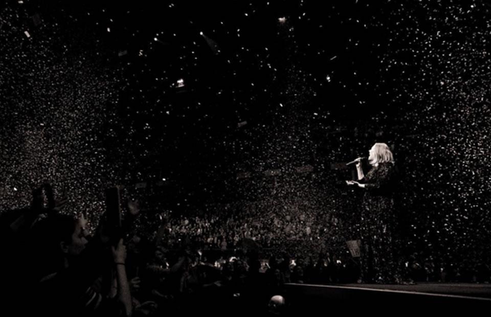 Bruselas: Adele rinde tributo a las víctimas de atentados