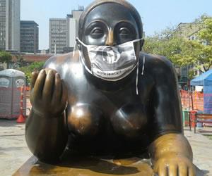 Esculturas de Medellín con tapabocas protestan por contaminación