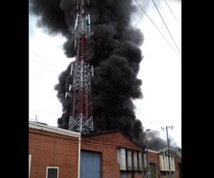 Bomberos tratan de controlar incendio en Acopi, Yumbo, al norte de Cali