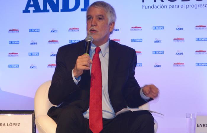 Enrique Peñalosa durante debates a la alcaldía de Bogotá. Foto: Interlatin
