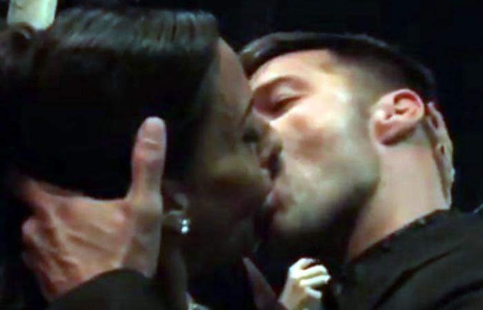 Ricky Martin y la ganadora de la subasta. Foto: Youtube