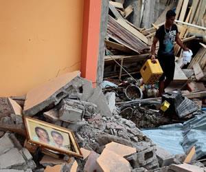 Ecuador: Aumentan a 350 las víctimas mortales tras el fuerte sismo