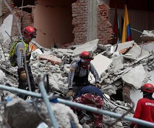 Ecuador: Rescatan a niño colombiano de 6 años entre los escombros