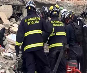 Ecuador: Bomberos de Bogotá salvan a hombre de los escombros