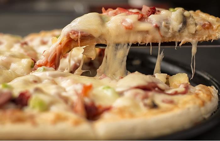 Pizzería creó cajas hechas en pizza para ayudar al medio ambiente