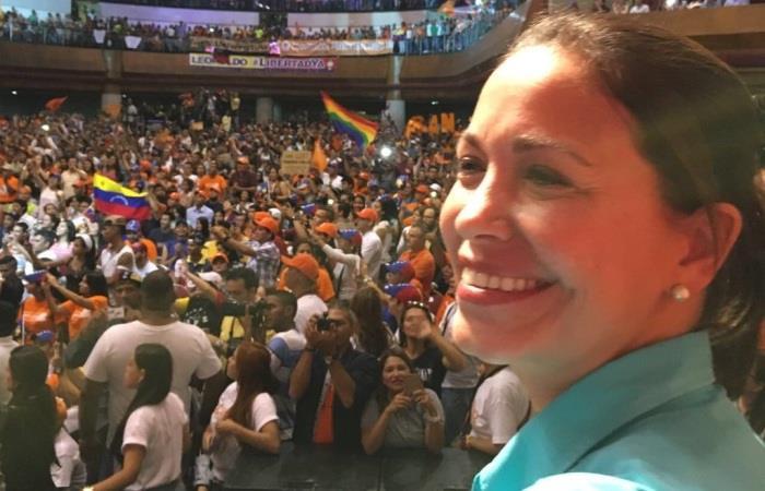 En video, María Corina Machado atacada por la espalda