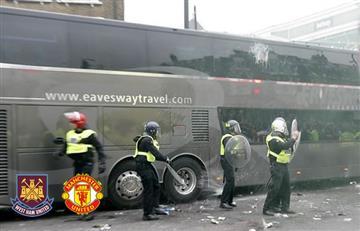 Hinchas de West Ham atacaron con botellas bus del Manchester United