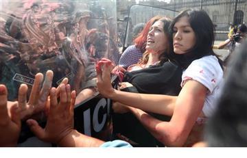 Mujeres se pintan de rojo para marchar contra Keiko Fujimori