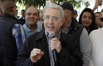Senador Álvaro Uribe recoge firmas contra de acuerdos de paz