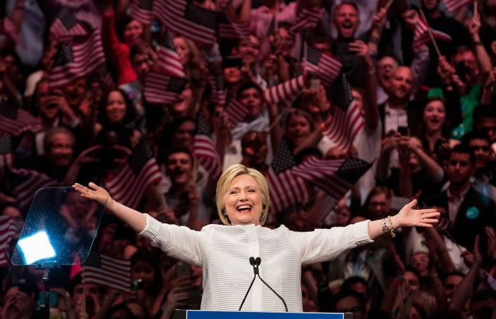 Hillary Clinton celebra ser la primera mujer candidata demócrata a la presidencia. Foto: EFE