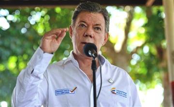 Presidente Santos se ríe de personas que recogen firmas para que siga la guerra