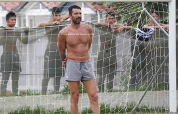 Gianluigi Buffon jugó fútbol con unos niños en sus vacaciones