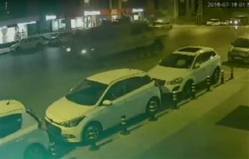 Video: El momento en el que dos tanques pasan por encima de un hombre en Turquía