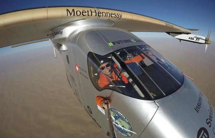 Avión solar cumple su hazaña de darle la vuelta al mundo