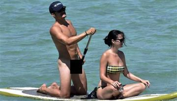 Orlando Bloom al desnudo en la playa con su novia Katy Perry