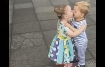Niños conquistan las redes por su tierna reacción tras besarse