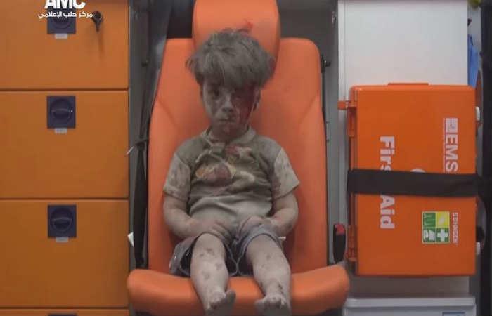 Omran Daqneesh fue rescatado junto a cuatro niños más, en Alepo. Foto: Tomada de Youtube