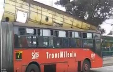 Transmilenio: Ventarrones en Bogotá levantaron el techo de un bus