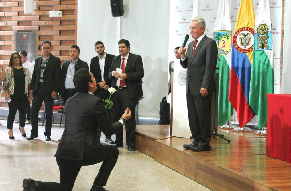 De rodillas y con anillo le pidieron a Uribe que se casara con la paz