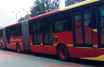 VIDEO: Hombre viajó colgado de un bus de Transmilenio